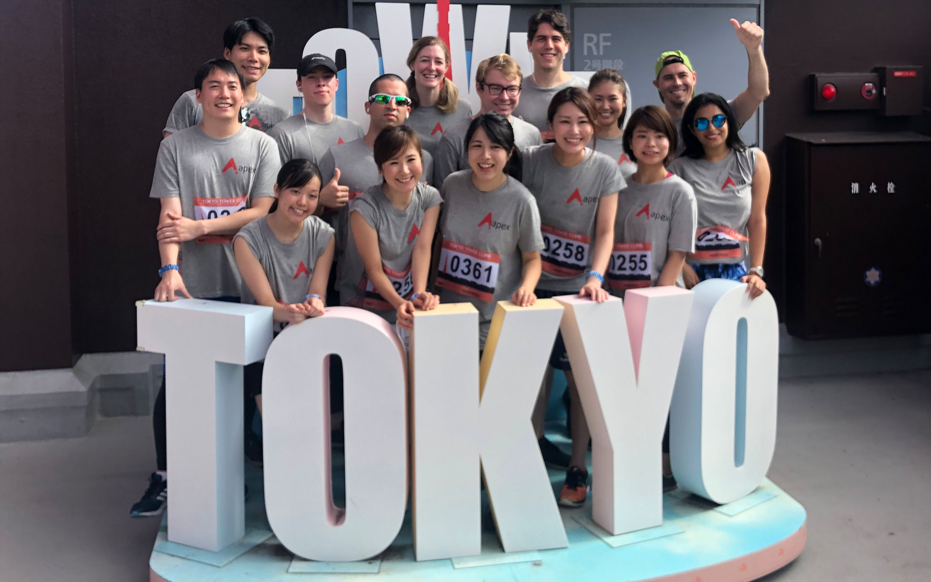 apex_tokyo_tower_team_photo_ps